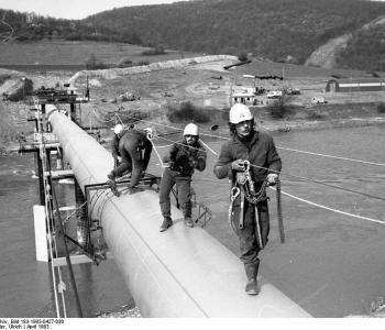 Photo: Trassniks aus der DDR auf der Erdgaspipeline Urengoi–Ushgorod 1983, by Ulrich Häßler, Bundesarchiv, Bild 183-1983-0427-036, CC-BY-SA 3.0