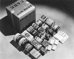 Photo: CARE-Paket 1948, by Unbekannt, Bundesarchiv Bild 183-S1207-502, CC BY-SA 3.0 DE